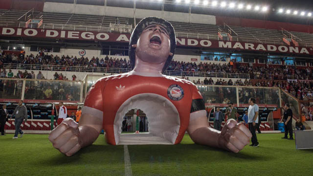 Argentinos Juniors estrenó su nueva manga en homenaje a Maradona.
