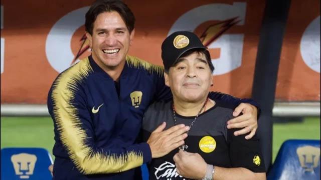 A puro abrazo fue el saludo entre Marioni y Maradona.