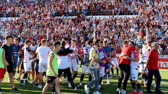 Todo el Grella festejó junto a los jugadores el triunfo salvador.