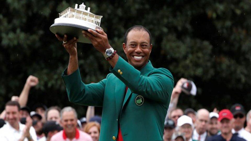 Tiger celebró en Augusta y se puso la chaqueta verde por quinta vez.
