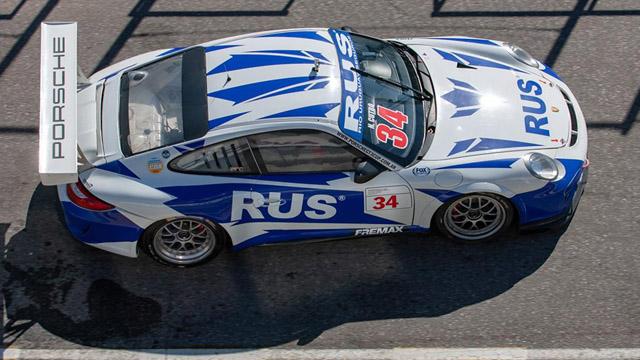 Nadia Cutro se subió a un Porsche.