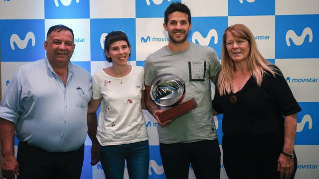 Lapro junto a su familia con el trofeo MVP de la Liga Endesa.