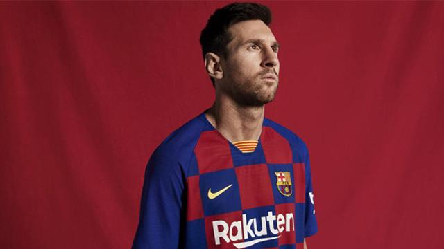 La Pulga Messi posa con la flamante casaca a cuadros del conjunto catalán.