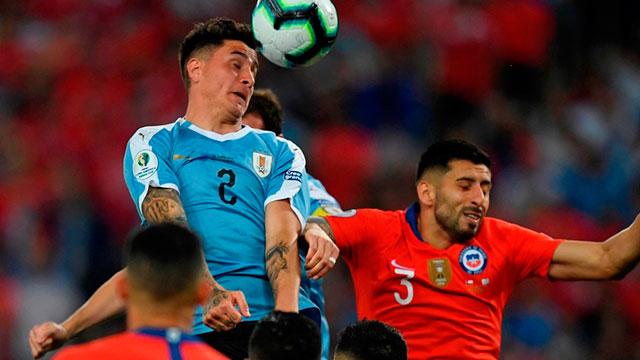 Uruguay le ganó a Chile y se quedó con el Grupo C .