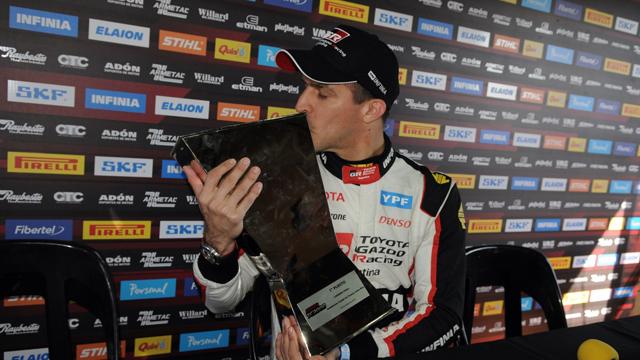 El Misil besando el trofeo tras su victoria en Paraná.