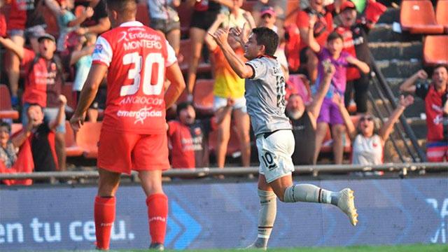 Colón enfrenta a Argentinos, por la ida de los octavos de final.