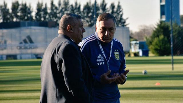 Tras el escándalo en la Selección Femenina, Tapia apoyó al entrenador