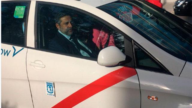 Daniel Angelici llegó en un taxi con los colores de River.