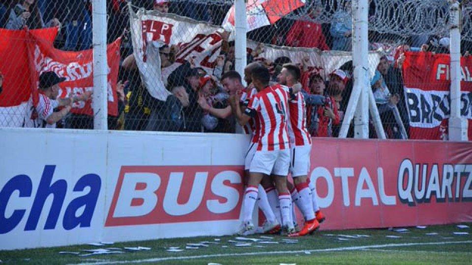 Estudiantes derrotó 2-0 a Mitre de Santiago del Estero y se clasificó.