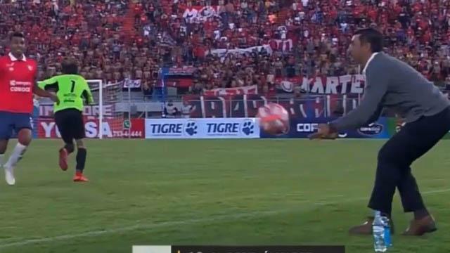 Video: la avivada de un técnico argentino que le valió un gol y la expulsión