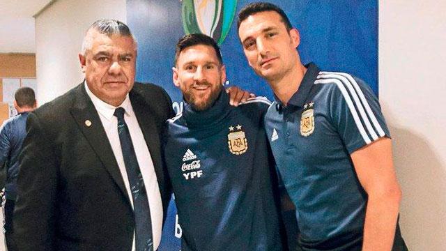 Tapia se presenta en Conmebol para defender a Messi.