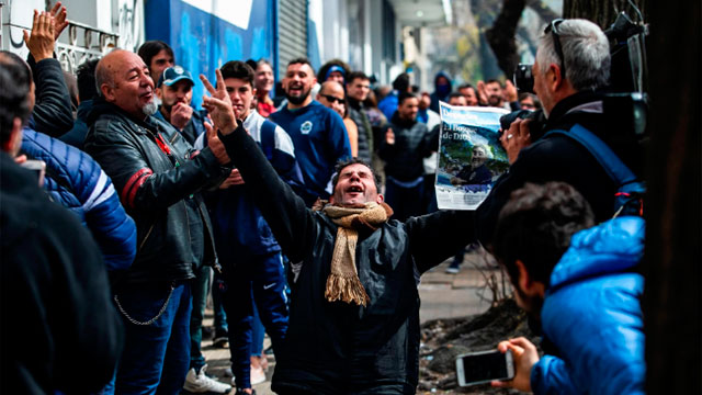 Los hinchas del Lobo, emocionados por la llegada de Maradona.