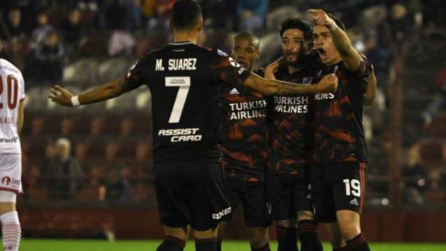 Con una gran actuación del entrerriano Milton Casco, River goleó 4 a 0 a Huracán