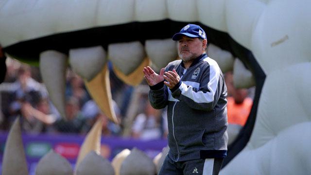 Maradona no tuvo el debut deseado en Gimnasia y le apuntó a Racing:
