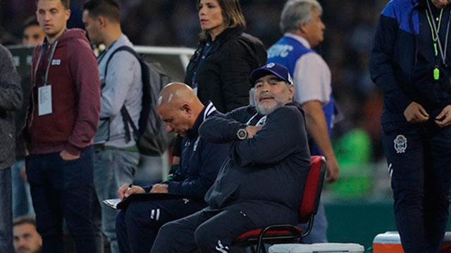 Tras la derrota de Gimnasia, Maradona estalló con la actuación del árbitro ante Talleres