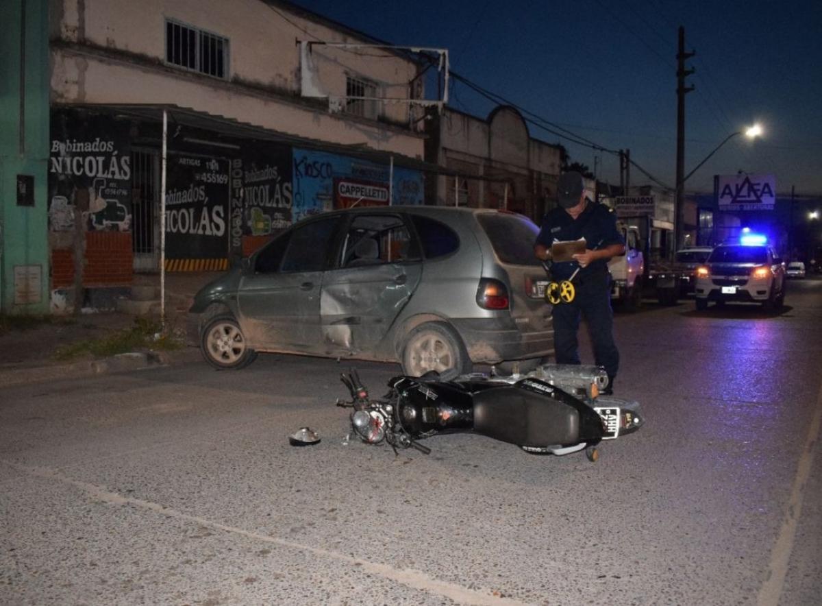 Colisión entre una moto y un auto: un herido leve