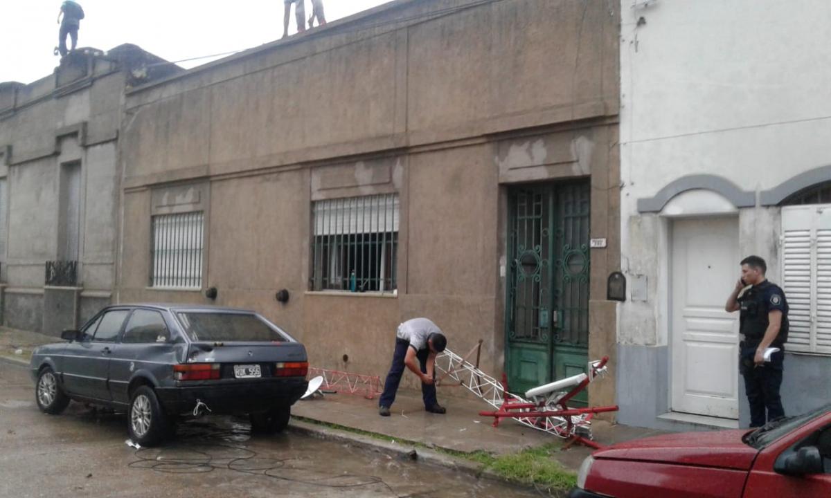 Se desplomó un mástil con una antena de Internet en Urquiza al 200
